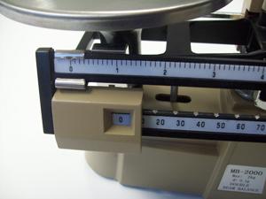 Balken mit Schiebegewichten bei mechanischer Waage